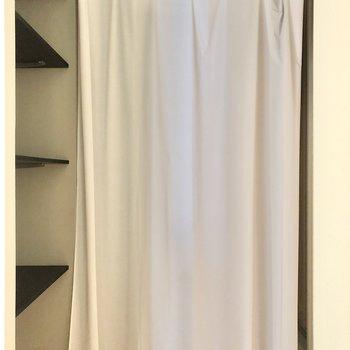 脱衣所の扉はないですが、カーテンで仕切れるので安心です!横には棚付き(※写真のカーテンは見本です)