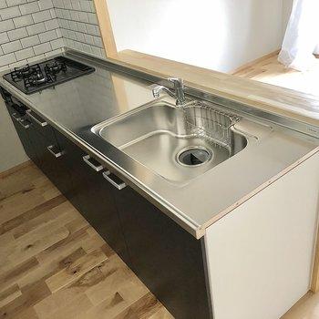 対面式システムキッチン。3コンロでシンクも広々です。
