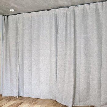 6帖の洋室側はカーテンでゆるく仕切れます(※写真のカーテンは見本です)