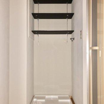 洗濯機置き場。上棚には洗剤やタオルなどを!(※写真はフラッシュ撮影のものです)