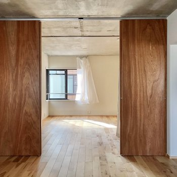 洋室と繋がっていました。スルッと通り抜けできちゃう(※写真のカーテンは見本です)
