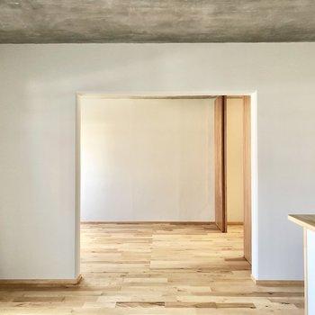 隣の洋室とは扉がないので、開放的にも感じます。