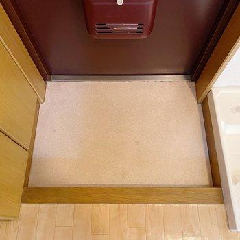 玄関は少しコンパクト。お隣のシューズボックスをうまく使いましょう。