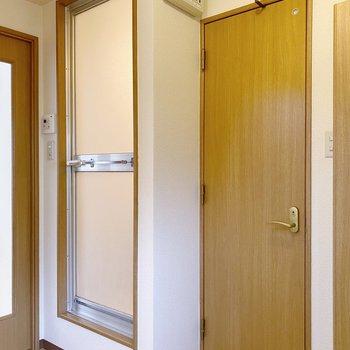 キッチンの右手はバスルームとトイレです。