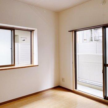 こちらの小窓には花瓶や小物を飾りたいな〜。