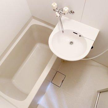 浴室は2点ユニット。1人ならゆったり入れる広さです。
