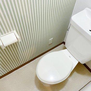 緑のストライプが素敵なトイレ。トイレマットは緑色かな?