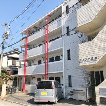 4階建てのマンションは赤いポールが目印です♪