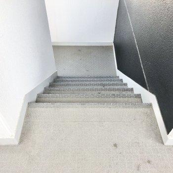 階段は、すれ違うには少し窮屈かな。家具はお部屋で組み立てましょう。