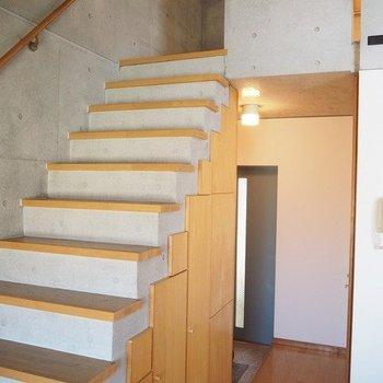階段からオシャレが広がっています!※写真は3階の反転間取り別部屋のものです
