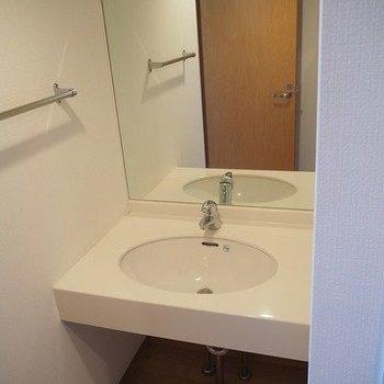 独立洗面台は鏡が大きい!※写真は3階の反転間取り別部屋のものです