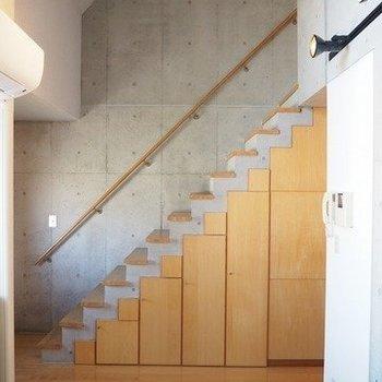 階段下も収納として使える。※写真は3階の反転間取り別部屋のものです