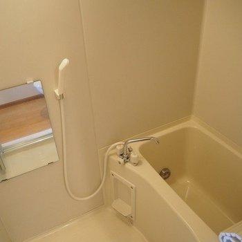 お風呂は追い炊き機能がついています。※写真は3階の反転間取り別部屋のものです