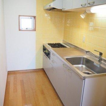 ひろいキッチンスペース。※写真は3階の反転間取り別部屋のものです