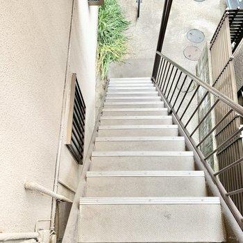 階段の幅はやや狭め。大きな荷物を運ぶ際はご注意を。