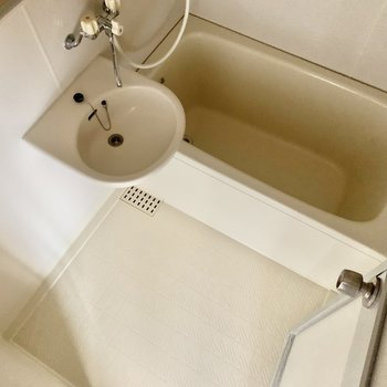 ゆったり入れそうな浴槽です。