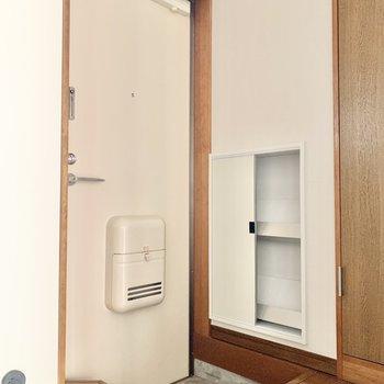 玄関はシンプルなデザイン。