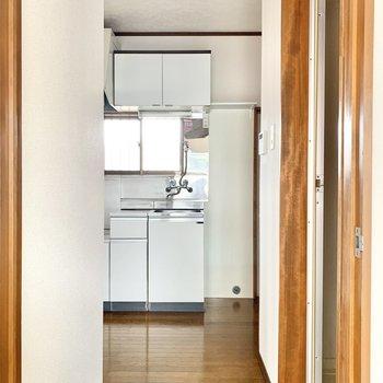 キッチンやサニタリーへ繋がる廊下です。