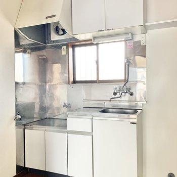 収納付きの白いキッチン。