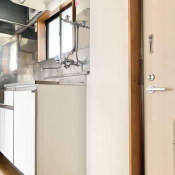 キッチン横に洗濯機を置けます。