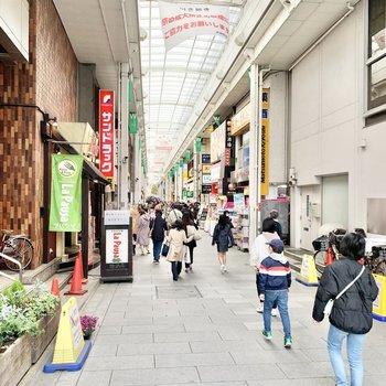 駅前には商店街があります。