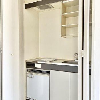 キッチンは1人暮らしサイズ。グレーのアクセントラインが◎