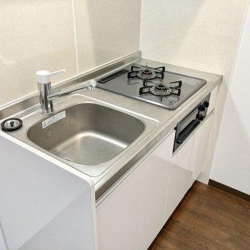 グリル付きのキッチン!シンクボードを使うと調理スペースも確保できますね。