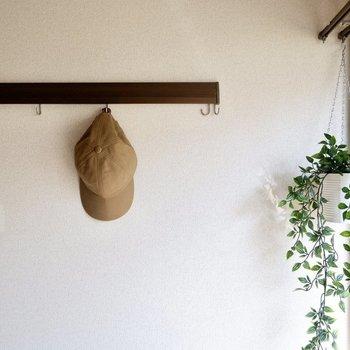 フックレールにはキャップや、ドライフラワーを飾ってみたり。※同間取り別部屋の写真です。
