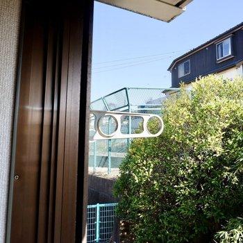 窓横に物干しがあり、洗濯物を干せますね。※同間取り別部屋の写真です。