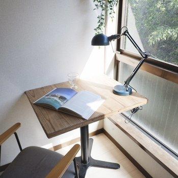 窓際席で読書やお勉強を。※同間取り別部屋の写真です。