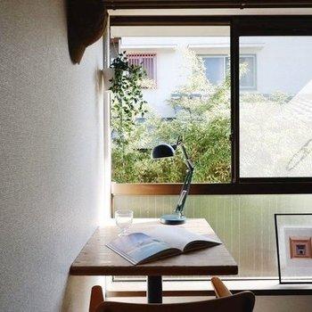 眺望は個性的な腰窓から。※同間取り別部屋の写真です。