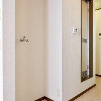 横には洗濯機置き場。スマートなものを置くと動線を邪魔しなくて良さそうです。※同間取り別部屋の写真です。