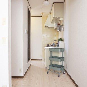 キッチン横には冷蔵庫やワゴンを置けますね。※同間取り別部屋の写真です。