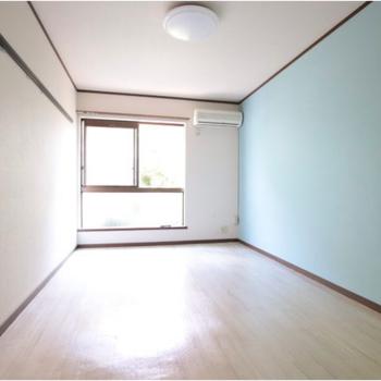 このお部屋の実際のアクセントクロスは爽やかな水色です。