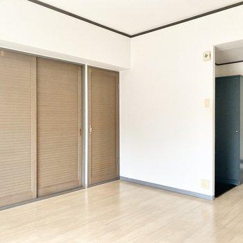 クローゼットのブラウンの扉がかわいいんです♪ちょっぴり南国チックに見えるのは私だけ?