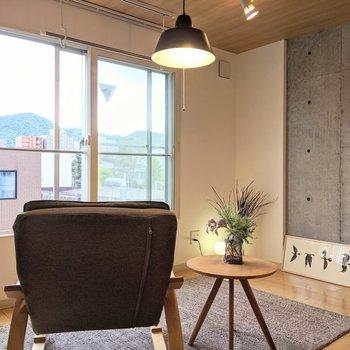 【洋室】窓は南向きなので明るいですよ。※家具はサンプルです