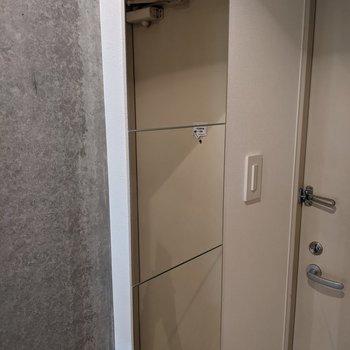 鏡があるので玄関で身支度ができます。
