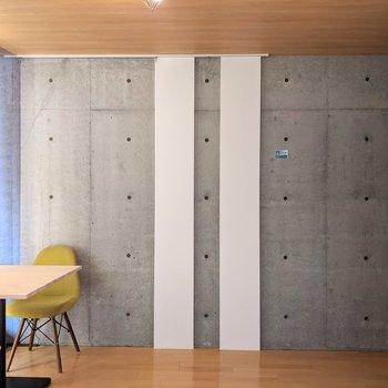 【DK】こちらのお部屋は約8.56帖。快適な広さです。※家具はサンプルです