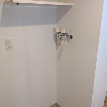 洗濯機置き場があります。その上の棚にはタオルなどを置きましょう。