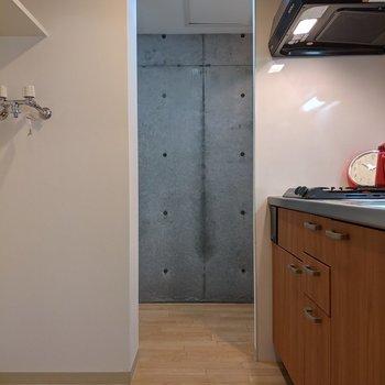 キッチンを通って洗面台や浴室に行くことができます。