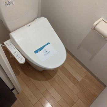 温水便座付きのトイレ。