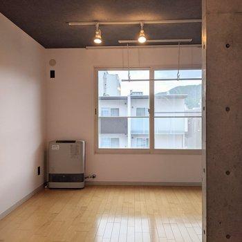 【洋室】ダイニングと洋室の間に扉がないので開放感があります。