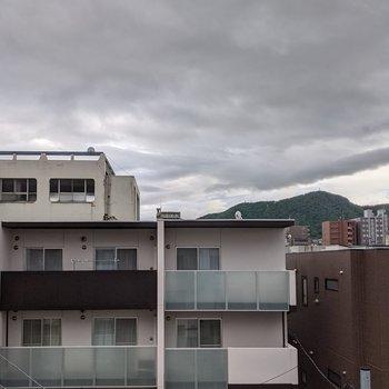 【洋室窓からの景色】晴れた日は青空を眺めることができます。