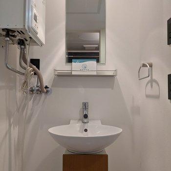 洗練されたデザインの洗面台。