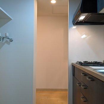 キッチンを通って洗面台、浴室に行くことができます。