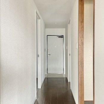 和室の先には2部屋の洋室があります。