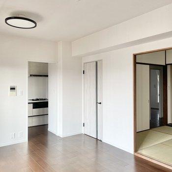 【リビング】照明が近未来的なんです。天井の高さにもご注目。ではキッチンへ。