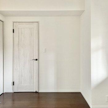【6.1帖の洋室】扉の横には大きな植物を置きたいな。