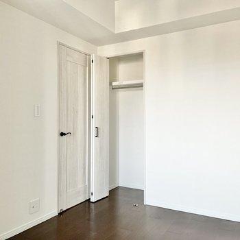 【4.5帖の洋室】収納付き。丈の長いコートやワンピースもしまえますね◯