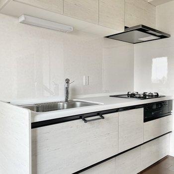 【リビング】ひょ〜!な大きさのキッチンです。デザインもスタイリッシュでいいね。